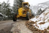 KARLA MÜCADELE - Gümüşhane Köy Yollarında Karla Mücadele Bitti 'Taşla' Mücadele Başladı