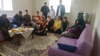Liseli Öğrenciler Dar Gelirli Ve Yaşla Ailelerin Evlerini Temizledi, Yiyecek İkram Etti