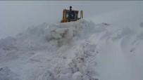 KARLA MÜCADELE - Bayburt-Trabzon Arasında Baharda Karla Mücadele