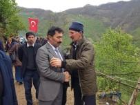BELEDİYE BAŞKANI - Şehit Ailesine Taziyede Bulundular, İlçeyi Türk Bayrakları İle Donattılar