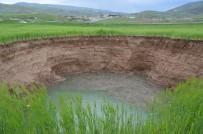 KıYAMET - Siirt'te Aşırı Yağışlar Nedeniyle Tarlada Oluşan Obruk Çiftçileri Korkuttu