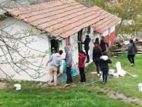 ÖĞRETİM ÜYESİ - Sınıf Eğitimi Öğrencilerinden Köy Okuluna Destek