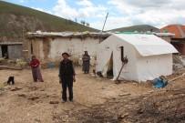 Yaşanan Depremlerden Dolayı Vatandaş Evlerine Giremiyor