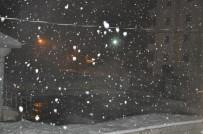 KAR YAĞıŞı - Yüksekova'da Lapa Lapa Yağan Kar Yağışı Şaşırttı