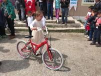 Eski Bisikletleri Onarıp Köy Öğrencilerine Hediye Ettiler