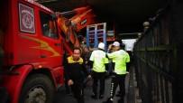 POLİS EKİPLERİ - İş Makinesi Yüklü Tır Köprüde Sıkıştı