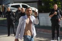 POLİS EKİPLERİ - Kendine Zarar Verip Polise Bıçakla Saldıran Gence Tazyikli Su Ve Biber Gazlı Müdahale
