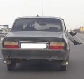 Seyir Halindeki Otomobilin Camından Ayaklarını Çıkartıp Öyle Yolculuk Yaptı