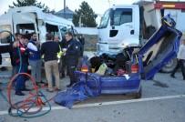 İşçi Servisi İle Otomobil Kafa Kafaya Çarpıştı Açıklaması 3 Ölü, 8 Yaralı