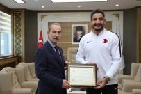 TAHA AKGÜL - Şampiyon Taha Akgül Yüksek Lisans Diplomasını Aldı