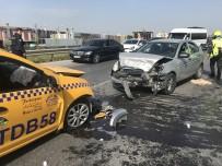 Sancaktepe'de Araçlar Kafa Kafaya Çarpıştı Açıklaması 3 Yaralı