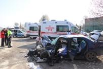 İşçi Servisiyle Otomobil Çarpıştı Açıklaması 12 Yaralı