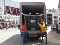 GEZİ PARKI - Taksim Meydanı'na Kamyonetle Bariyerler Getirildi