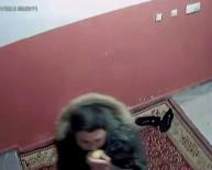 Elma Yiyerek Ayakkabı Çalan Hırsız Kamerada