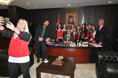 Rektör, OMÜ'nün Gururu Hentbolcuları Ağırladı