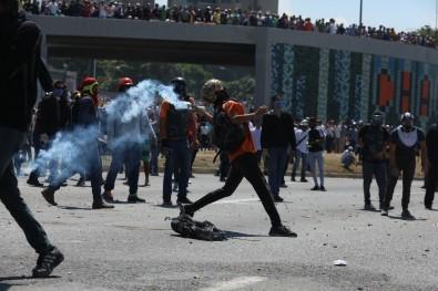 Venezuela'da Askerler Ve Siviller Sokakta