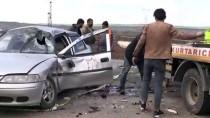 Motosikletle Otomobil Çarpıştı Açıklaması 1 Ölü, 2 Yaralı