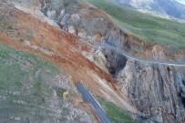 Depremle Gelen Heyelan İlçeye Bağlantı Yolunu Kapattı