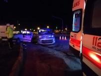 Hafif Ticari Araçla Otomobil Çarpıştı Açıklaması 3'Ü Çocuk 6 Yaralı