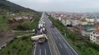 TRAFİK YOĞUNLUĞU - Kocaeli TEM'de Hayvan Yüklü Tır Yola Devrildi 20 Kilometrelik Araç Kuyruğu Oluştu