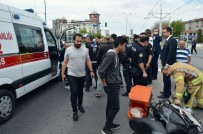 Güngören'de Motosikletli Kuryeye Tramvay Çarptı