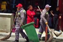 İş Başındaki Belediye Temizlik İşçileri Kutlamaları Uzaktan Seyretti