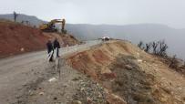 KÖY YOLLARI - İş Makineleri Kaya Parçalarının Altında Kalmaktan Son Anda Kurtuldu