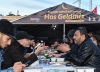TAKSIM MEYDANı - Binlerce Kişi Taksim'de Kurulan İftar Sofralarında Buluştu
