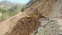 Kayaların Düşmesi Sonucunda Kapanan Köy Yolu Ulaşıma Açıldı