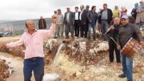 DAVUL ZURNA - Mahallelerine 50 Yıl Aradan Sonra Gelen Su İçin Davul Zurna Çaldırıp Göbek Attılar