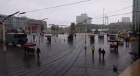 Sağanak yağış vatandaşlara zor anlar yaşattı