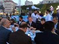 Zeytinburnu'nda Binlerce Kişi Aynı Sofrada Orucunu Açtı