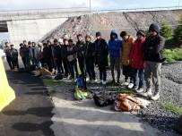 KAÇAK GÖÇMEN - Durdurulan Kamyonun Kasasından 33 Kaçak Göçmen Çıktı