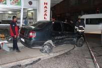 Otomobilin Çarptığı Araç İki Motosiklet İle Bir İş Yerine Vurdu Açıklaması 2 Yaralı
