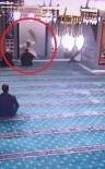 Teravih Namazında Camiye Giren Kedi Cemaati Seferber Etti