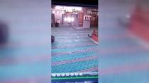 Camiye Giren Kedi Güvenlik Kamerasında