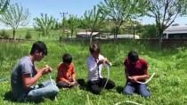 TAŞIMALI EĞİTİM - Ağaç Dalından Yaptıkları Okla 'Hayalleri'ne Atış Yapıyorlar