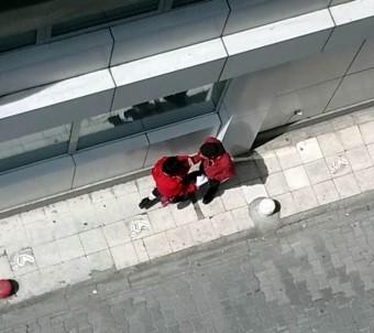 Sokak ortasında kadına şiddet kamerada!