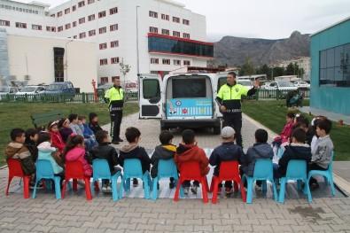 Minikler Hem Eğleniyor Hem De Trafik Kurallarını Uygulamalı Öğreniyor