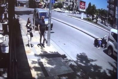 Hızını Alamayan Motosikletli Kadın Otomobilin Altına Girdi