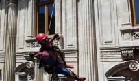 İLGİNÇ GÖRÜNTÜ - Örümcek Adamların İstiklal Caddesindeki Gösterisi İlgiyle İzlendi