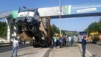 Sakarya'da Damperi Açılan Kamyon Üst Geçitte Asılı Kaldı