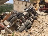 TAŞKALE - Yol Çöktü, Beton Mikseri Kullanılmayan Evin Üzerine Devrildi