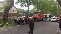 ÇAYıRBAŞı - Sarıyer'de Tırın Çarptığı Ağaç Otobüs Durağına Devrildi