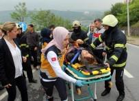MAHSUR KALDI - 2 Otomobil Kavşakta Çarpıştı, Araçta Sıkışan Yaralıyı İtfaiye Ekipleri Kurtardı