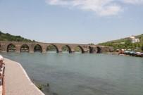Diyarbakırlılar On Gözlü Köprü'de Serinliyorlar
