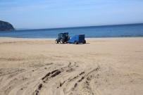 İnkumu Plajı Temizliyor