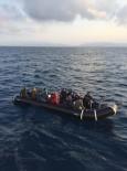 KAÇAK GÖÇMEN - Kuşadası Körfezi'nde 10'U Çocuk 24 Kaçak Göçmen Yakalandı