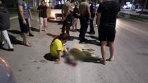 GÖZYAŞı - Otomobil Çarpan Sokak Köpeğinin Başında Dakikalarca Gözyaşı Döktü