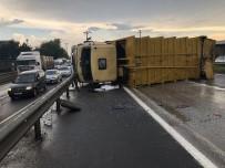 TİCARİ ARAÇ - Yağış Kazaları Getirdi, Çöp Kamyonu Devrildi